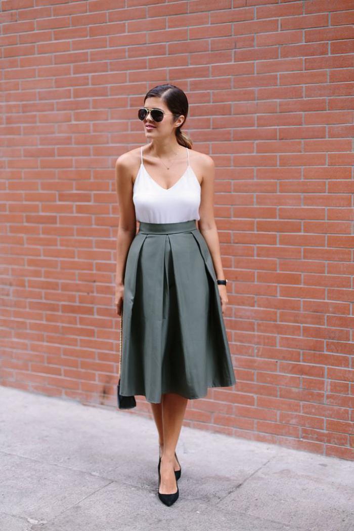 jupe-plissée-taille-haute-escarpins-et-camisole