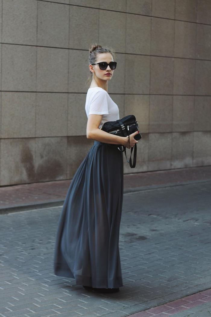 jupe-plissée-longue-et-simple-t-shirt-blanc