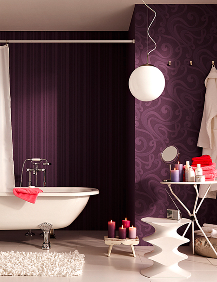 la-baignoire-douche-design-en-violet-baignoire-rectangulaire-design-papier-peinte-salle-de-bain