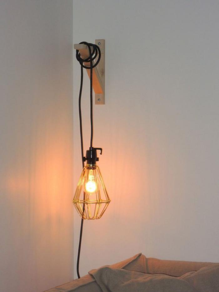 lampe-baladeuse-accrochée-au-dessus-du-lit