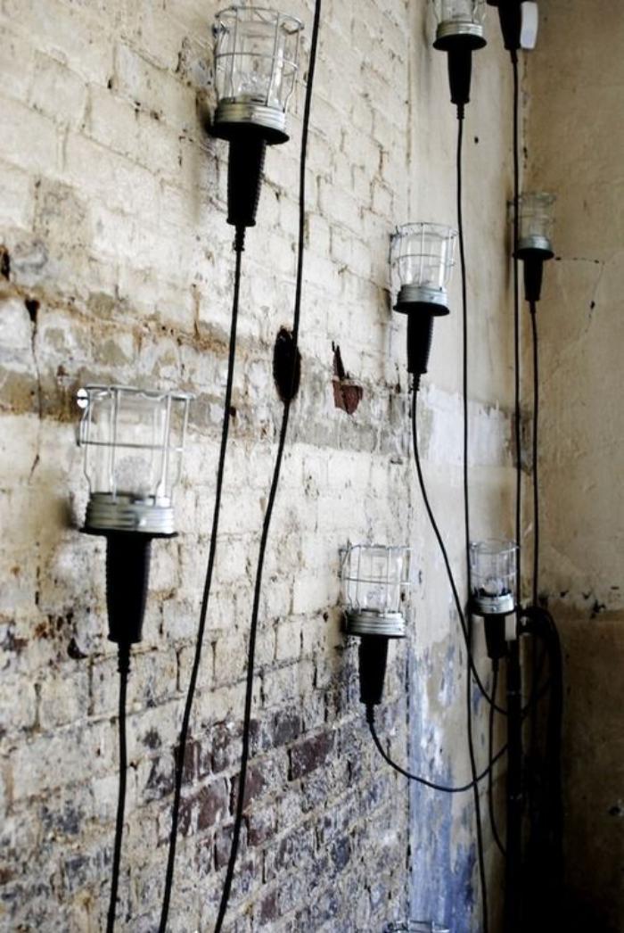 lampe-baladeuse-mur-décoré-de-lampes-baladeuses