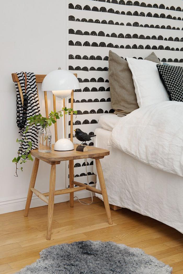 lampes-de-chevet-posé-sur-une-chaise-en-bois