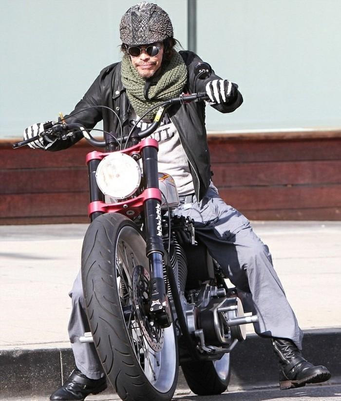 les-gants-chauffants-moto-gant-moto-hiver-cool-photo-homme-sur-moto