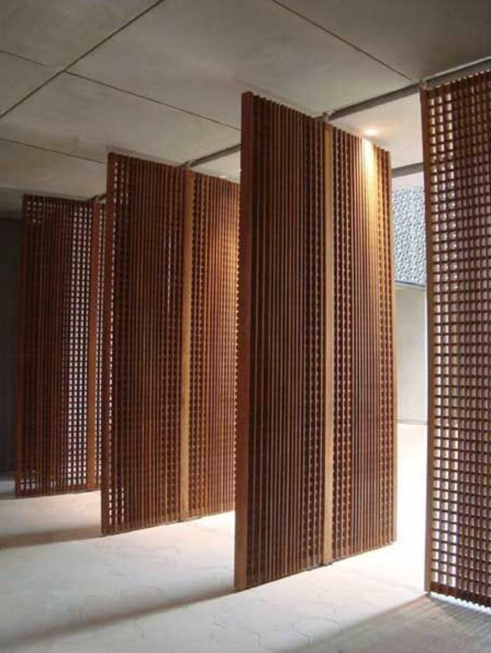 les-portes-placard-persiennes-en-bois-pour-les-fenetres-dans-le-salon-moderne