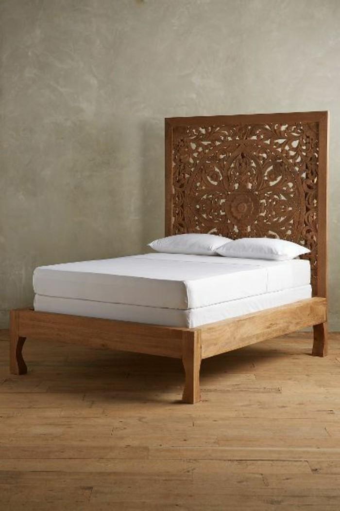 lit-en-bois-clair-dans-la-chambre-a-coucher-moderne-tête-de-lit-originale-en-bois-clair