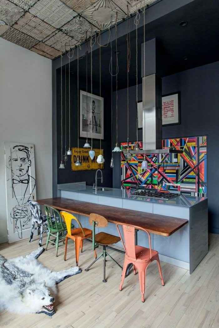 meuble-style-industriel-pas-cher-pour-loft-et-associé-joli-salon-gris-avec-chaises-en-fer-colorees
