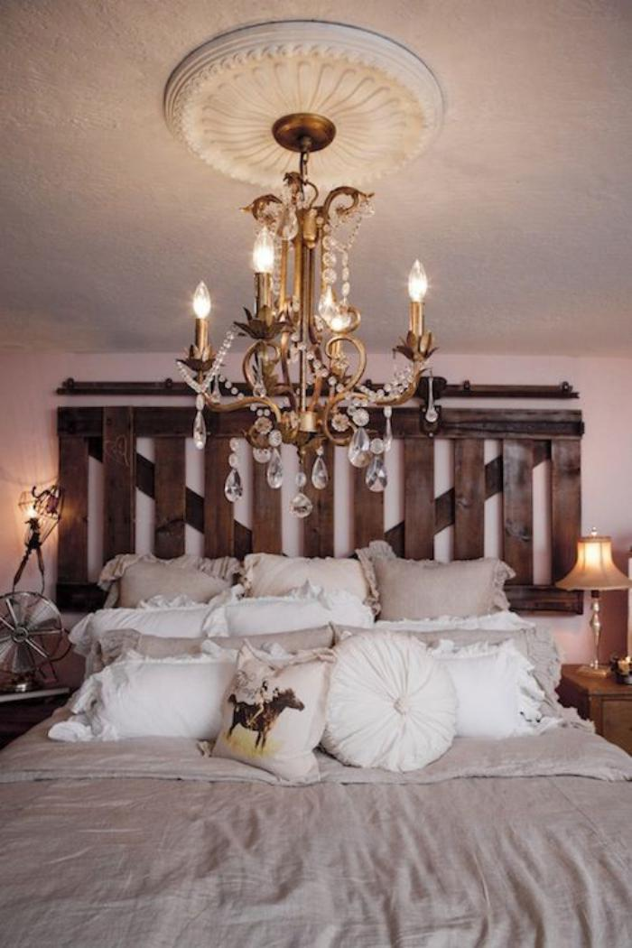 meubles-grange-belle-tête-de-lit-avec-une-vieille-porte
