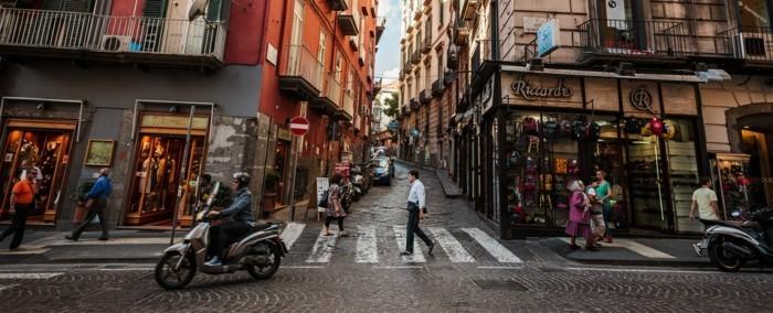 naples-les-plus-belles-villes-d-italie-votre-visite-à-Naples-beauté-mer-et-maisons-colorés-resized