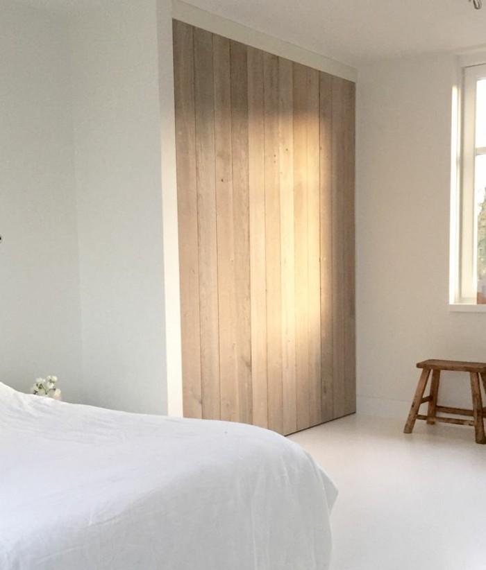 originale-porte-coulissante-en-bois-clair-pour-la-chambre-a-coucher-blanche