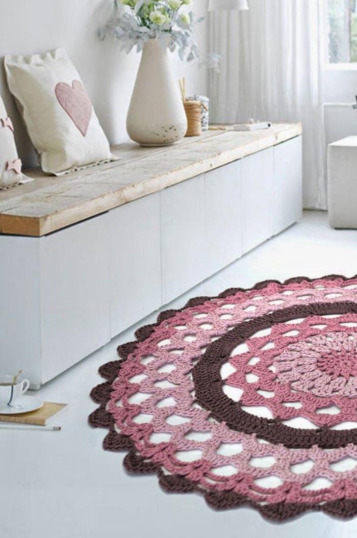 petit-tapis-rond-banquette-et-tapis-crocheté-rose
