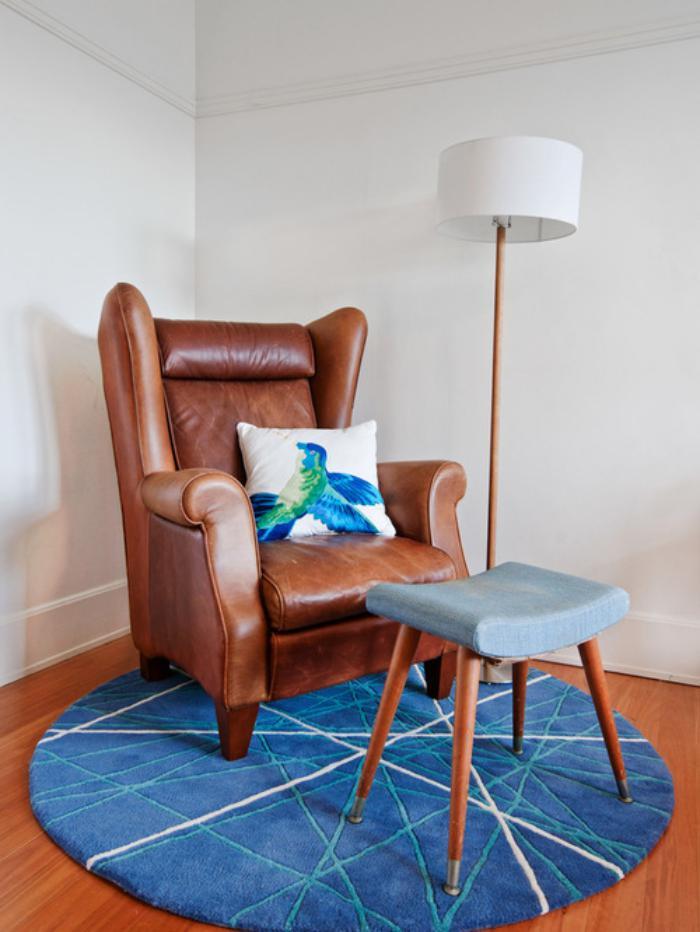 petit-tapis-rond-beau-tapis-bleu-fauteuil-vintage