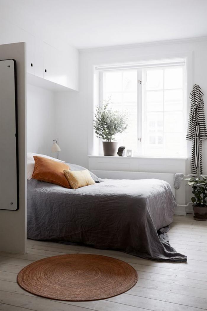 petit-tapis-rond-chambre-à-coucher-lumineuse