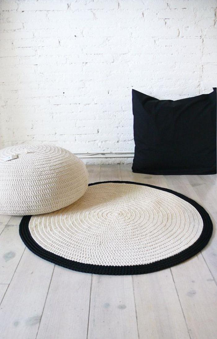 petit-tapis-rond-coussin-et-pouf-crocheté