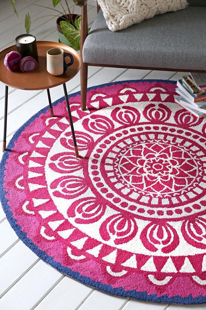 petit-tapis-rond-meubles-mid-century-tissu-et-bois