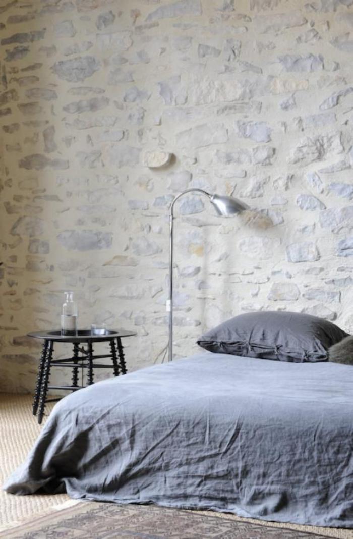 pierre-apparente-chambre-à-coucher-simple-avec-déco-pierre