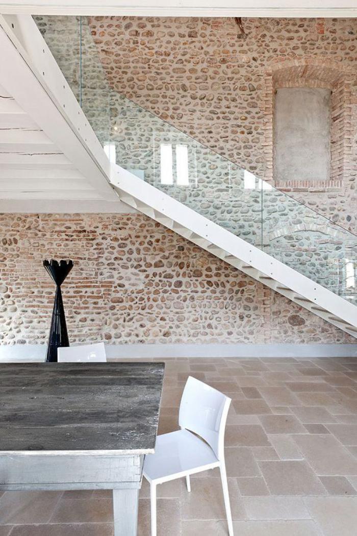 pierre-apparente-escalier-loft-avec-rambarde-en-verre