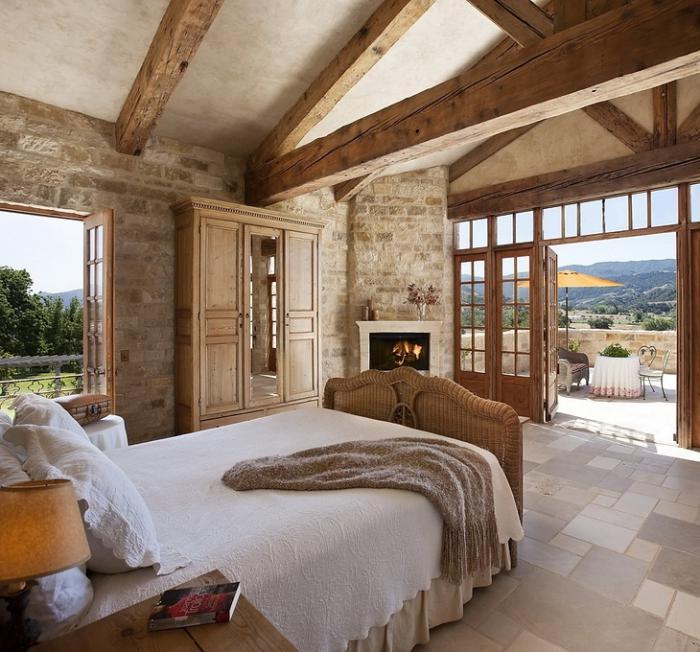 pierre-apparente-et-poutres-en-bois-chambre-à-coucher