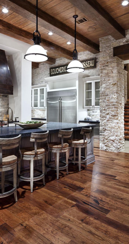pierre-apparente-plafond-en-bois-bar-original-et-chaises-de-bar
