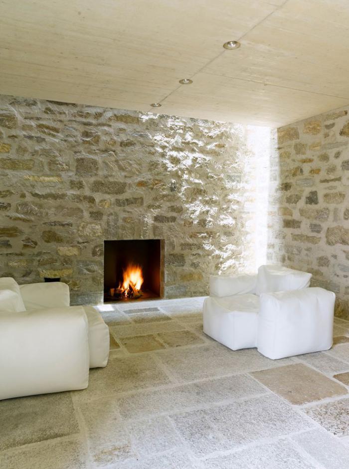 pierre-apparente-intérieur-minimaliste-avec-cheminée-murale