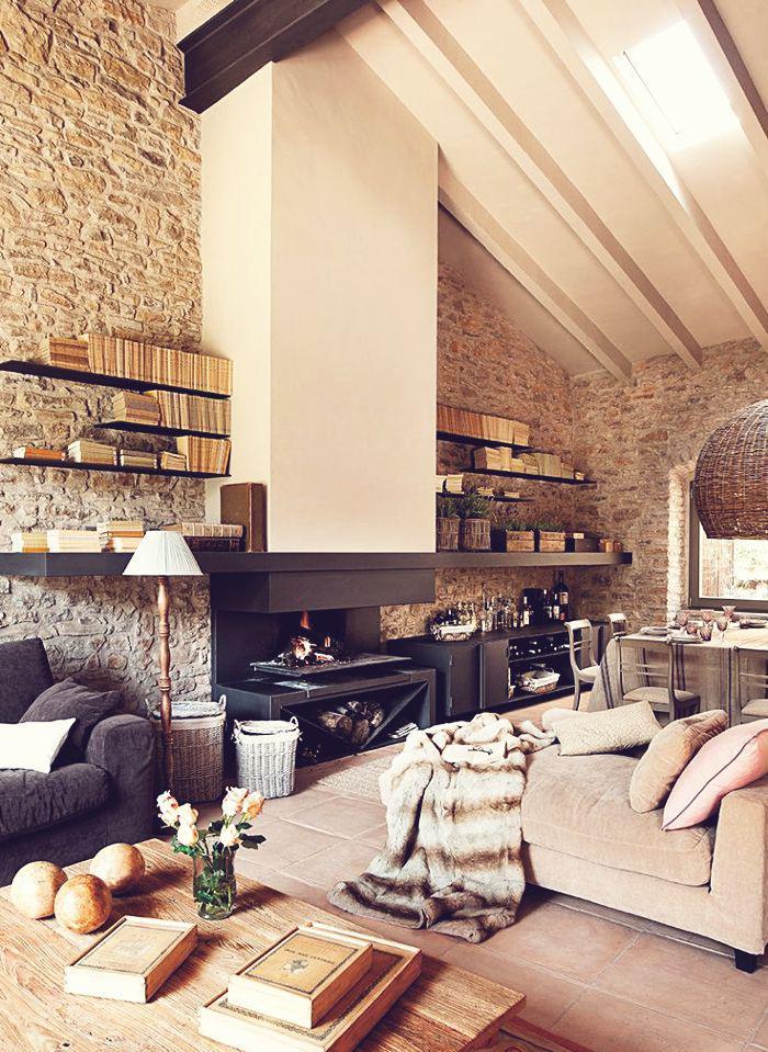 pierre-apparente-salon-rustique-avec-cheminée-ouverte
