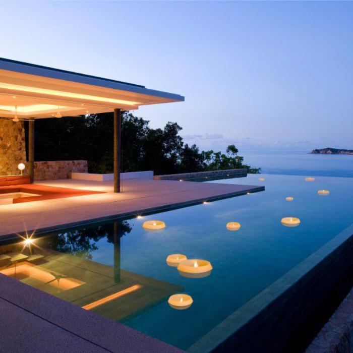 piscine-à-débordement-avec-bougies-flottantes