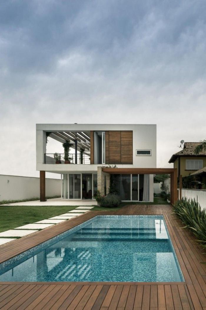 piscine à débordement, terrasse en bois avec piscine rectangulaire