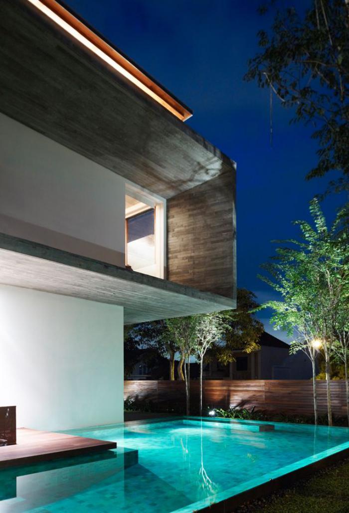 piscine-à-débordement-dans-la-cour-d'une-maison-cubique