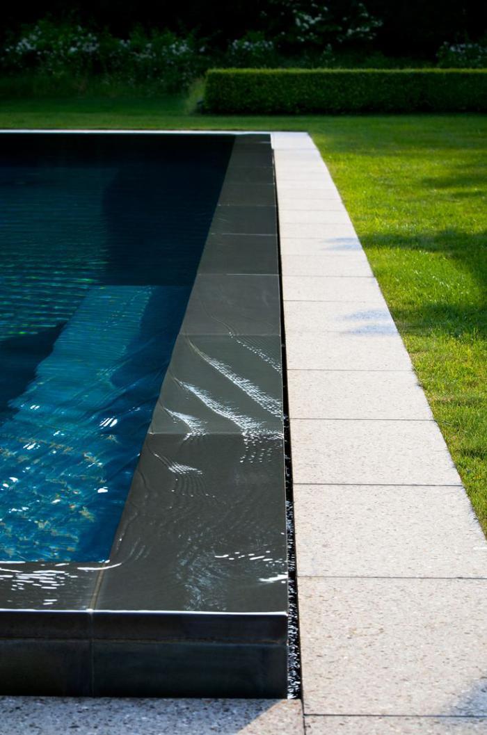 piscine-à-débordement-dans-le-jardin