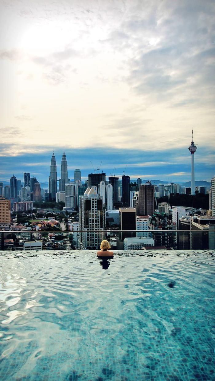 piscine-à-débordement-donnant-sur-la-cité-piscine-infinie