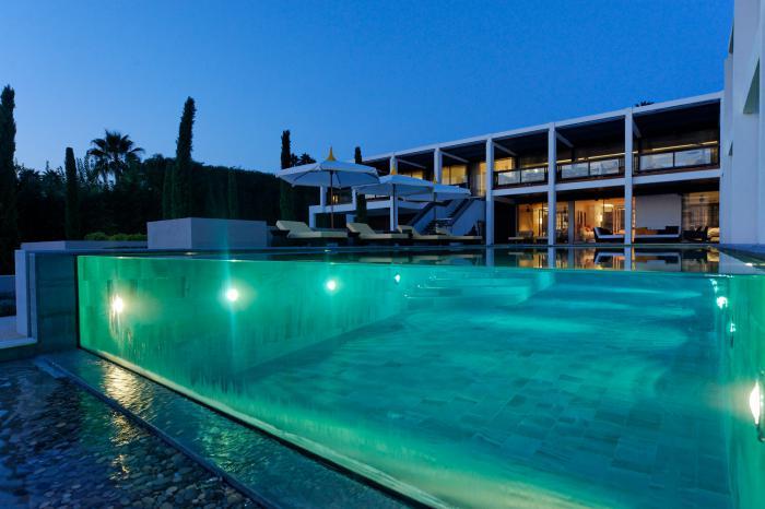 piscine-à-débordement-en-verre-design-spectaculaire