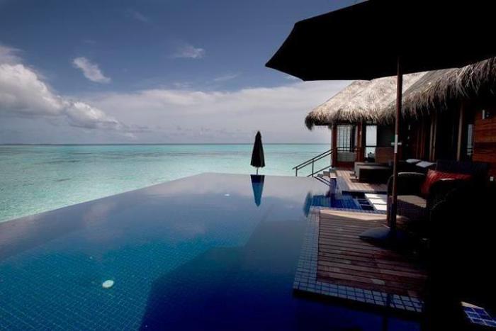 piscine-à-débordement-et-cabanes-exotiques-hôtel-exotique