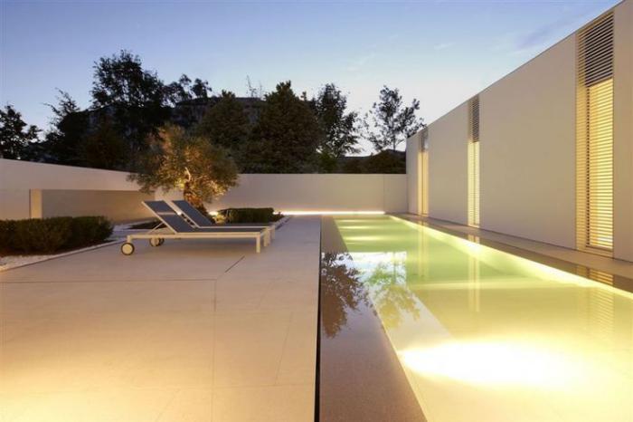 piscine-à-débordement-maison-cubique-blanche