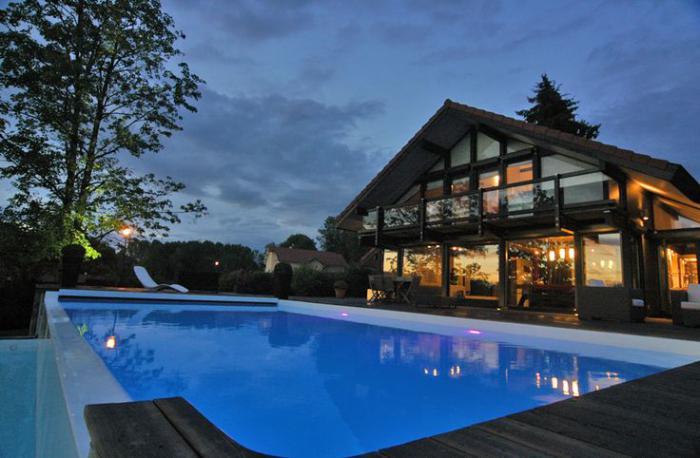 piscine-à-débordement-maison-de-vacances-type-chalet