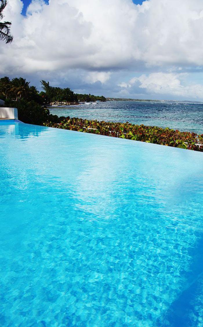 piscine-à-débordement-piscine-infinie-près-de-la-mer