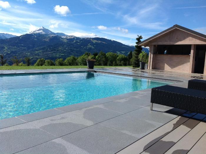 piscine-à-débordement-piscine-moderne-en-pleine-nature
