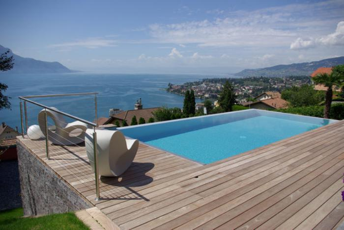 piscine à débordement, terrasse en bois avec petite piscine