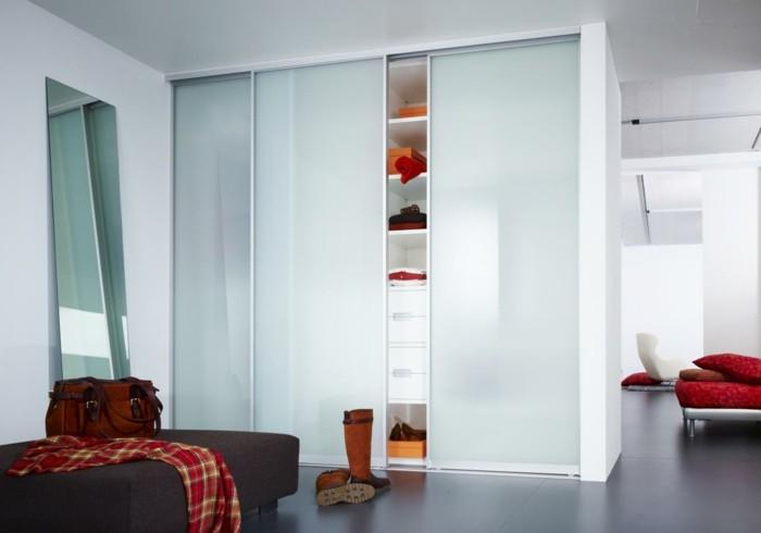 placard-blanc-avec-porte-de-placard-blanc-murs-blancs-interieur-moderne