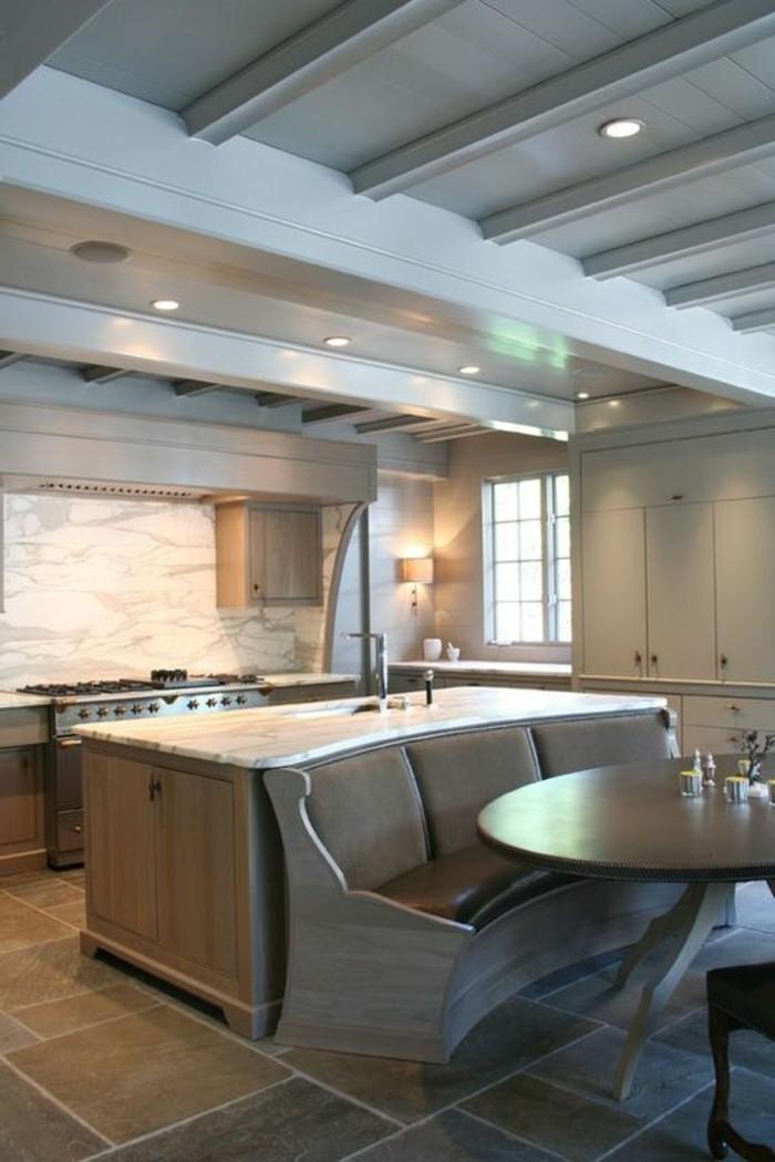 plan-de-travail-cuisine-arrondie-design-moderne-avec-carrelage-gris-et-meubles-en-bois