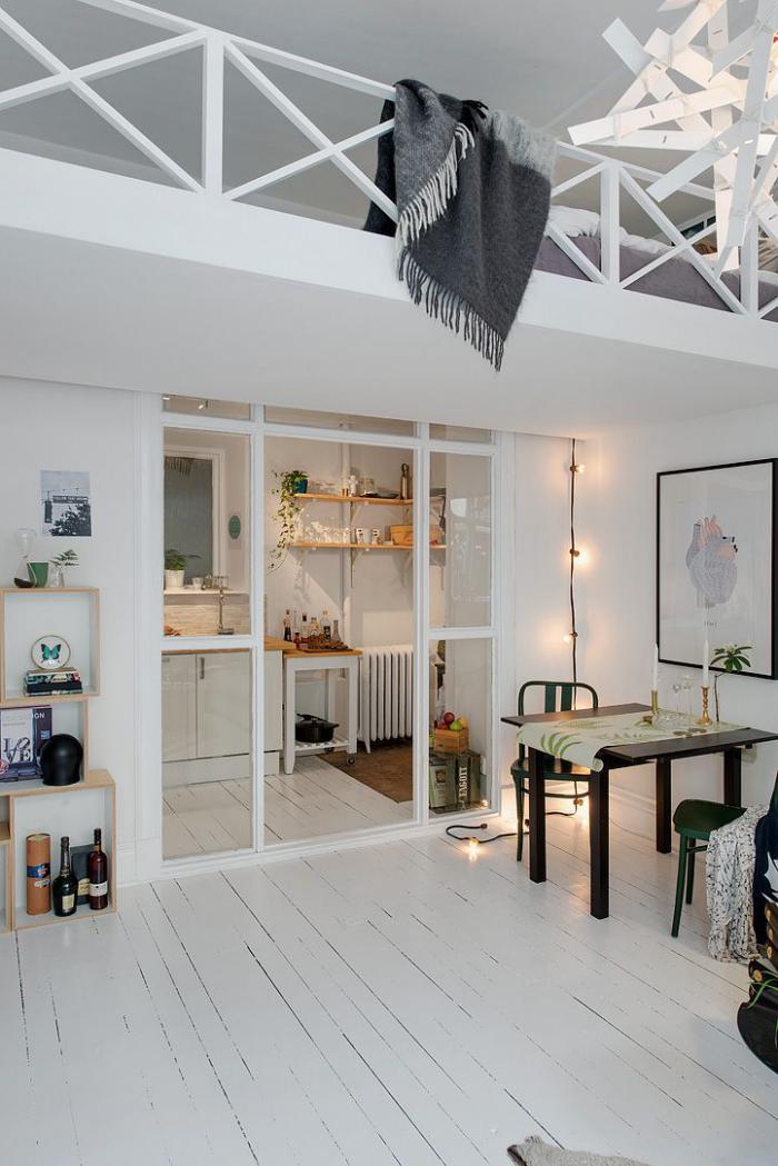 porte-coulissante-en-verre-loft-blanc-avec-mezzanine
