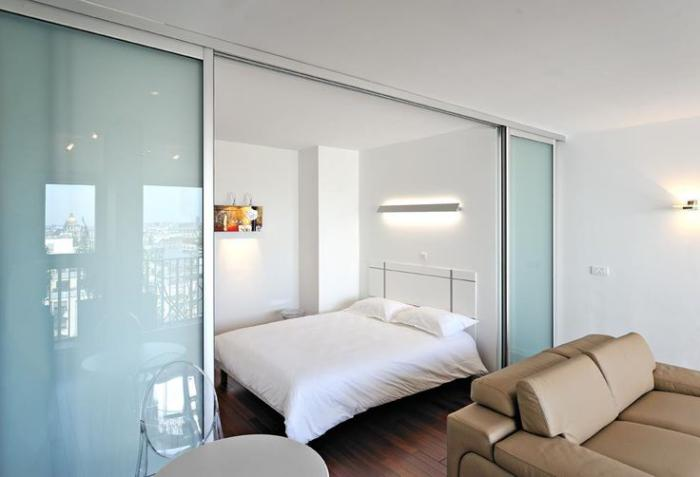 porte-coulissante-en-verre-séparation-du-salon-et-la-chambre-à-coucher