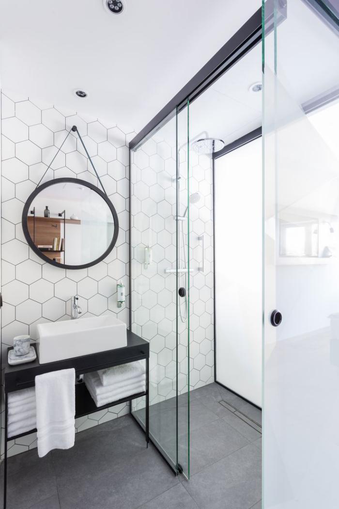 La porte coulissante en verre gain d 39 espace et for Porte salle de bain en verre
