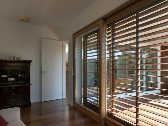 porte-persienne-en-bois-pour-les-fenetres-sol-en-parquet-foncé-fenetres-avec-porte-persienne