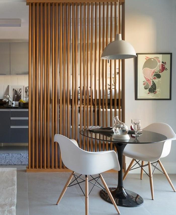 portes-placard-persiennes-en-bois-clair-chaise-blanche-en-plastique-pour-la-salle-de-sejour