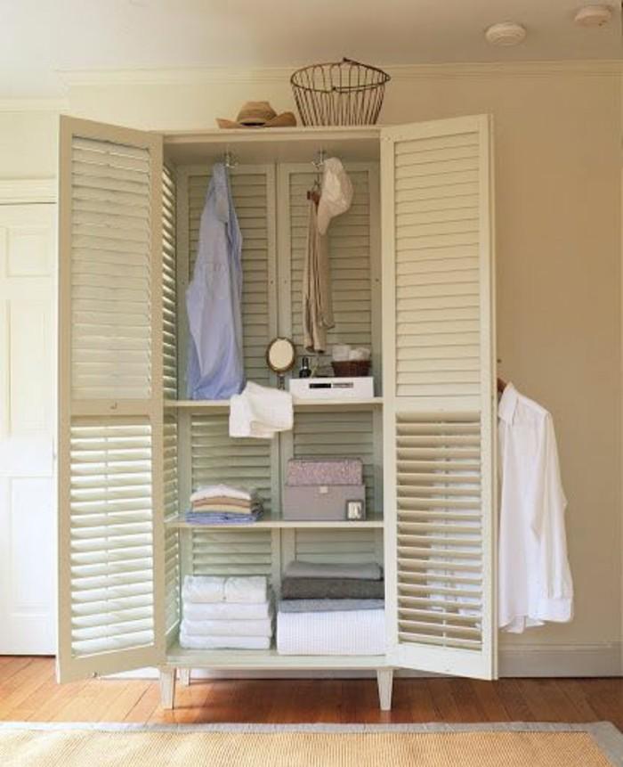 portes-placard-persiennes-en-bois-de-couleur-blanc-dans-la-chambre-a-coucher-moderne