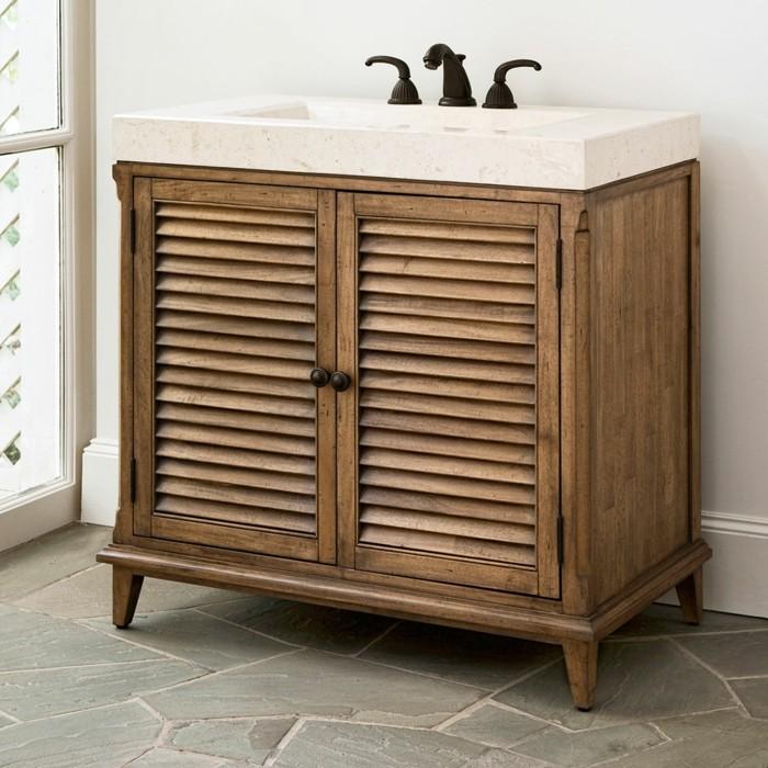 portes-placard-persiennes-en-bois-massif-et-foncé-dans-la-salle-de-bain-moderne