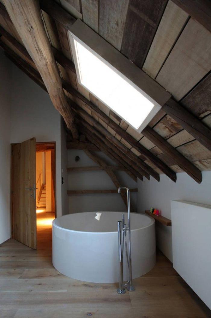poutre-en-bois-baignoire-ronde-blanche-poutres-apparents-de-plafond