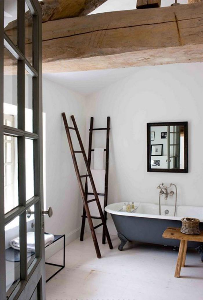 poutre-en-bois-salle-de-bains-rustique-déco-grande-poutre-apparente