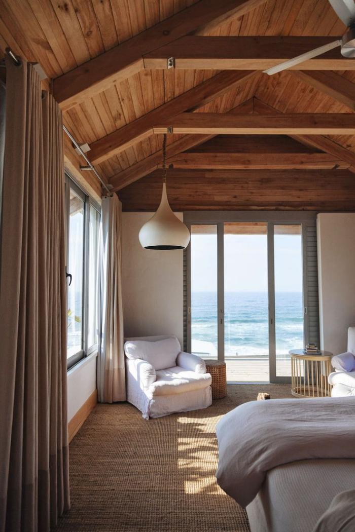 poutres-apparentes-chambre-à-coucher-villa-près-de-la-mer