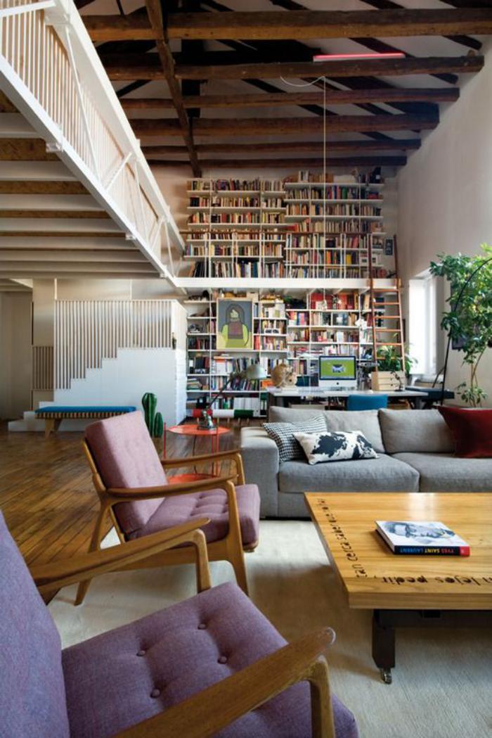 poutres-apparentes-salon-magnifique-avec-grande-bibliothèque
