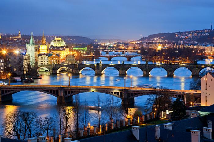 prague-la-republique-tcheque-les-ponts-riviere-les-plus-belles-villes-du-monde-image-beauté-resized